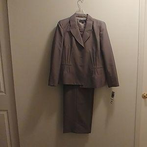 Women's. 2 pc pants suit